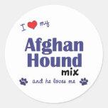 Amo mi mezcla del afgano (el perro masculino) etiqueta redonda