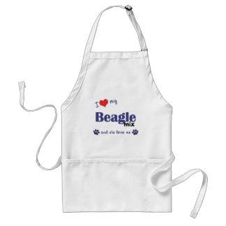 Amo mi mezcla del beagle (el perro femenino) delantal