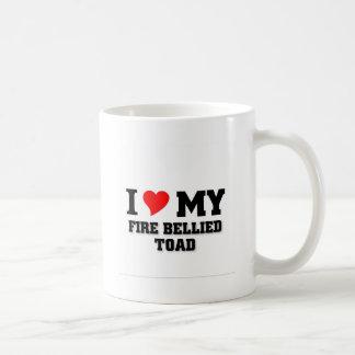 Amo mi sapo hinchado fuego taza básica blanca