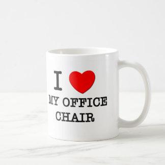 Amo mi silla de la oficina tazas