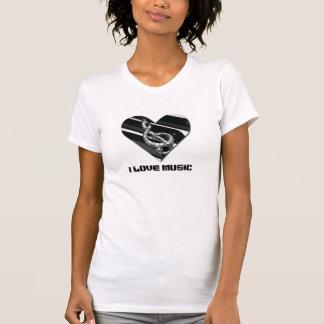 Amo música con la camiseta de la forma del corazón