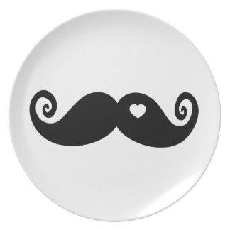 Amo simplemente el bigote plato de comida
