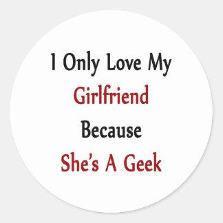 Amo solamente a mi novia porque ella es un friki pegatina redonda