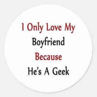 Amo solamente a mi novio porque él es un friki pegatina redonda