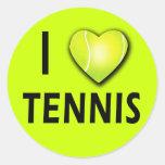 Amo tenis con el corazón de la pelota de tenis pegatina redonda