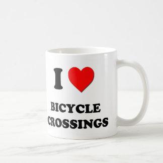 Amo travesías de la bicicleta taza básica blanca