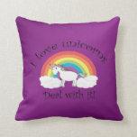 Amo unicornios trato de él el fondo púrpura almohada
