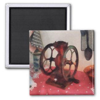Amoladora de café en mantel rojo imán cuadrado