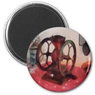 Amoladora de café en mantel rojo imán redondo 5 cm