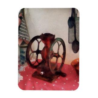 Amoladora de café en mantel rojo rectangle magnet