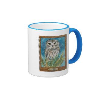 Amole el búho vía la pintura del pájaro de la acua taza de café