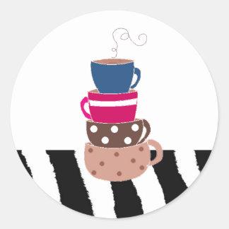 Amontonamiento de las tazas de café pegatina redonda