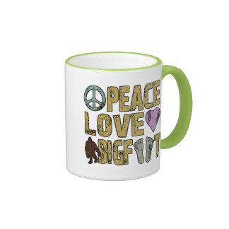 Amor Bigfoot de la paz Taza De Dos Colores