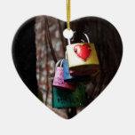 Amor cerrado adorno navideño de cerámica en forma de corazón