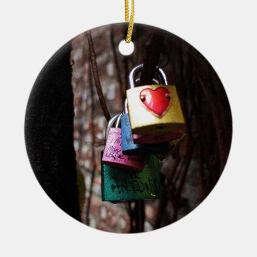 Amor cerrado adorno navideño redondo de cerámica