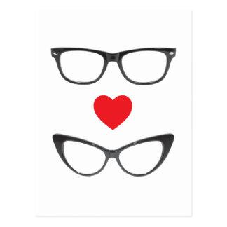 Amor chistoso del friki - corazón y lentes postal