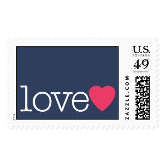 Amor con un corazón rosado brillante timbre postal