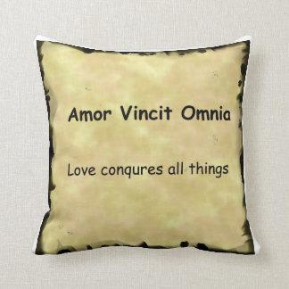 Amor Conquires todo el Omino Vincet Amor Almohada
