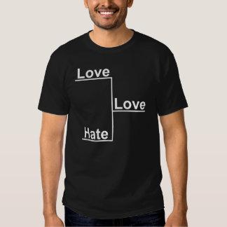 Amor contra la camiseta de la oscuridad del remeras