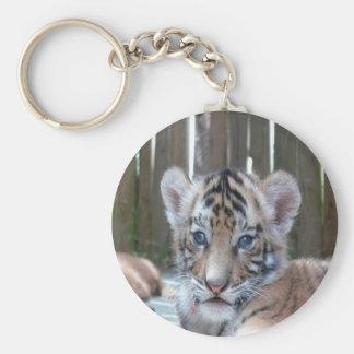 amor de la mamá del tigre de bebé que espera llavero redondo tipo pin