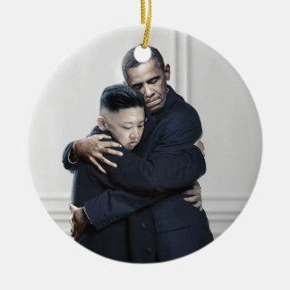 Amor de la O.N.U Corea del Norte de Obama Kim Jong Adorno Navideño Redondo De Cerámica