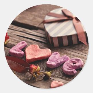 Amor de la palabra con el regalo en forma de coraz etiquetas redondas