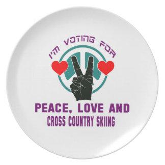 Amor de la paz y esquí del campo a través platos para fiestas