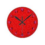 Amor de la tarjeta del día de San Valentín en rojo Relojes De Pared