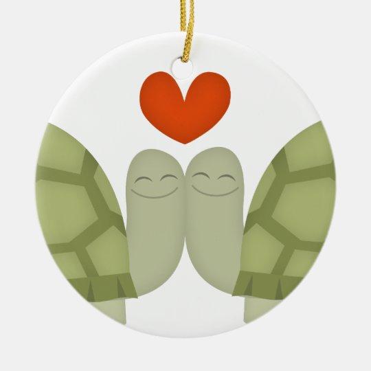 Amor de la tortuga adorno navideño redondo de cerámica