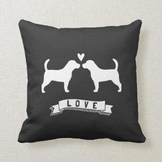 Amor de los beagles - siluetas del perro con el cojín decorativo
