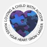 Amor de un niño con el pegatina del autismo