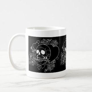 Amor del cráneo - cráneos, rosas y corazones por e taza de café
