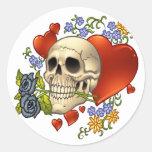 Amor del cráneo - cráneos, rosas y corazones por pegatina redonda