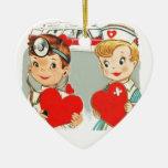 amor del doctor y de la enfermera del vintage con adorno de cerámica en forma de corazón