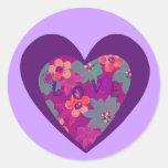 Amor del Hippie dentro de un corazón púrpura y de  Etiqueta Redonda