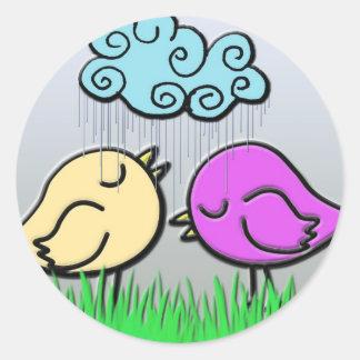 Amor del pájaro en la lluvia pegatina redonda