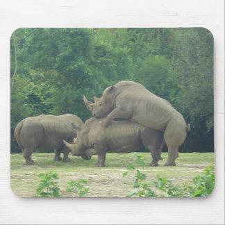 Amor del rinoceronte alfombrilla de ratón