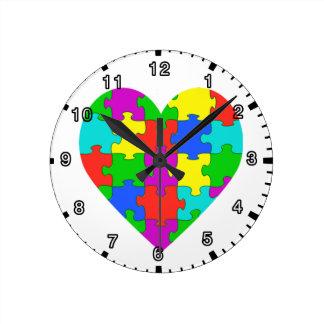 Amor del rompecabezas del autismo reloj redondo mediano