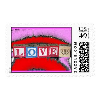 Amor deletreado hacia fuera en bloques del bebé sellos