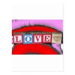 Amor deletreado hacia fuera en bloques del bebé y  tarjeta postal