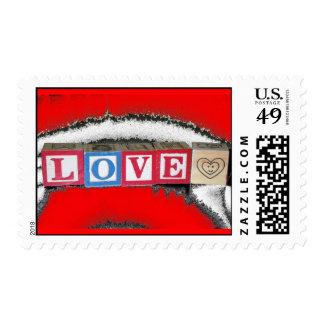 Amor deletreado hacia fuera en los bloques del sello postal