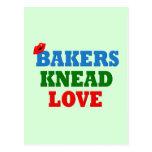 Amor divertido de la necesidad de los panaderos postal