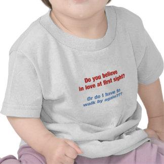Amor divertido en la primera vista camiseta