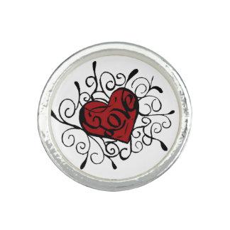 Amor en anillo rojo del corazón