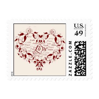 Amor en cualquier lengua en rojo en el franqueo de sellos postales