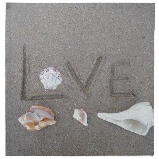 Amor en la playa con las cáscaras del mar servilleta de papel