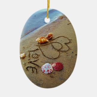 Amor en la playa con los corazones adorno ovalado de cerámica