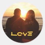 Amor en la puesta del sol pegatina redonda