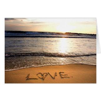 Amor en la tarjeta de felicitación de la playa