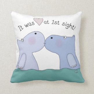 Amor en los primeros hipopótamos de la vista almohadas